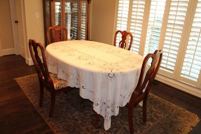 Vintage dining room table and chairs in good condition
